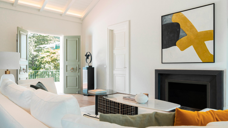 diseño interior marbella salon chimenea